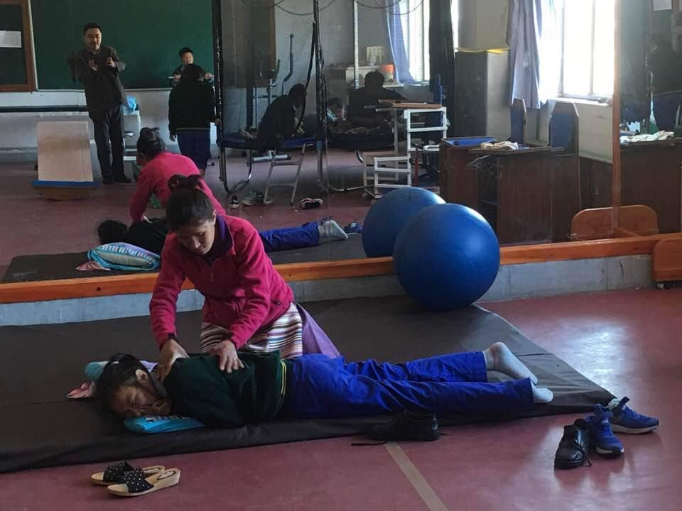 Physiotherapirtraining für tibetische Kinder mit geistigen und körperlichen Behinderungen in Indien Chauntra