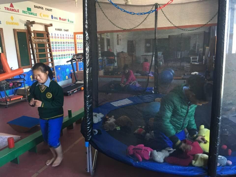 Trampolin im Special Care Center Chauntra- tibetische Kinder mit Behinderung