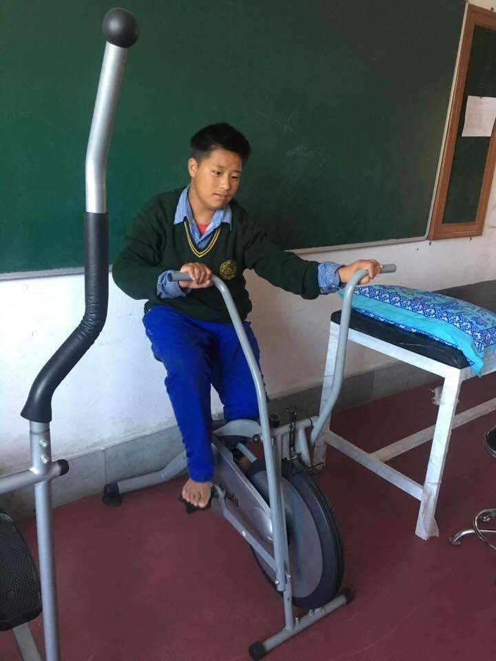 Junge auf Fahrradergometer in Chauntra