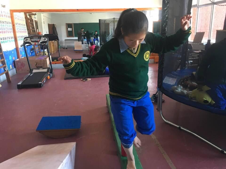 Kind beim Balancieren im Therapieraum im Special Care Center in Chauntra