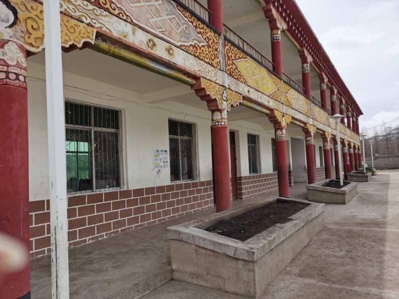 Rückansicht Lehrerwohnhaus in Tibet