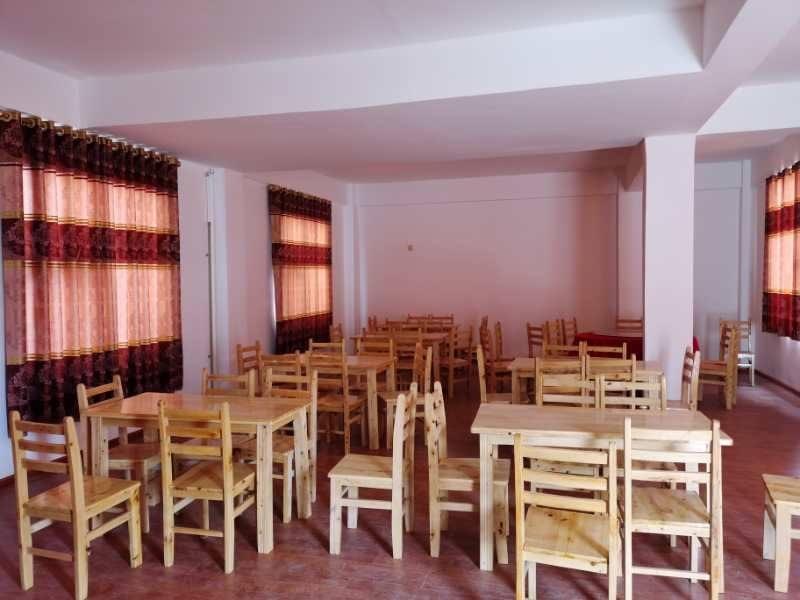 Aufenthaltsraum mit Tischen und Stühlen