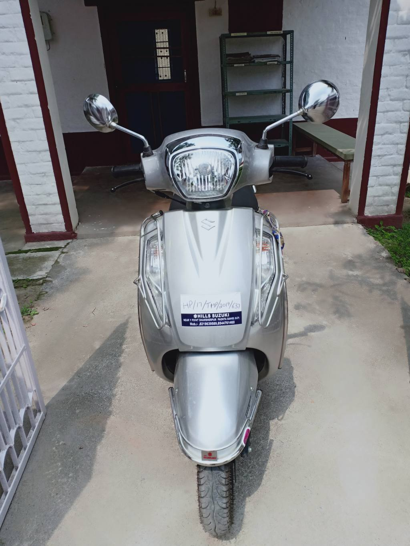 Motorroller in der tibetischen Siedlung