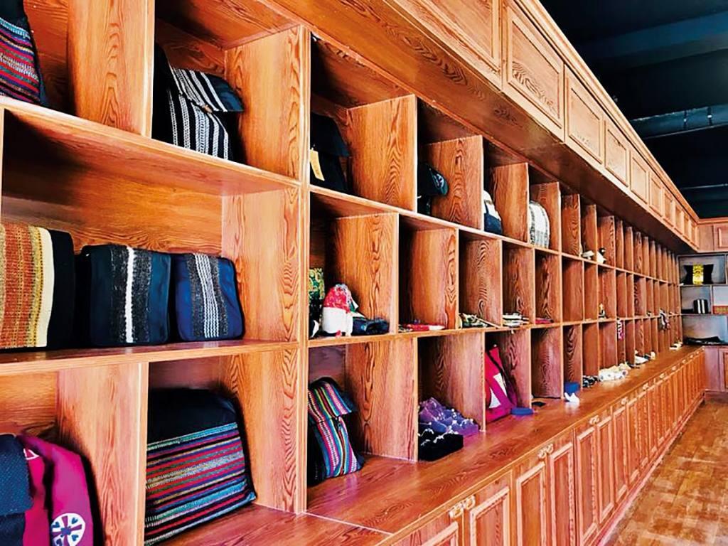 Regalwand mit Taschen, Rucksäcken und anderen Produkten.