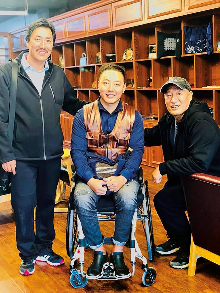 Phuntsok sitzt im Laden des Selbsthilfeprojekts, Yushu, Tibet