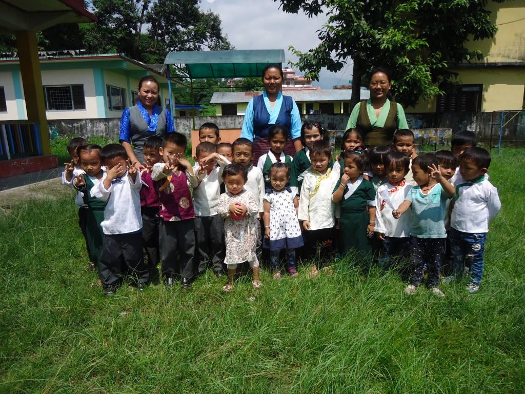 Gruppenfoto im Garten des Kindergartens