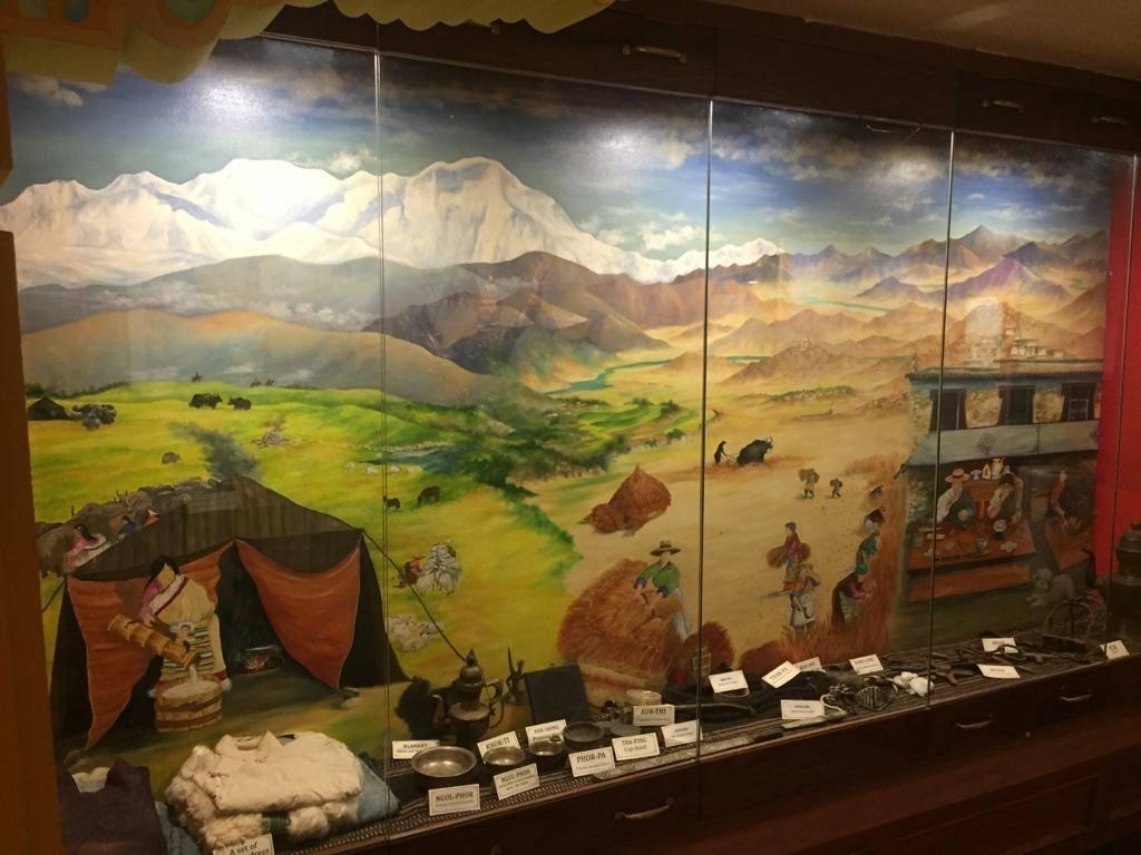 Vitrine Ausstellung tibetische kultur und Geschichte