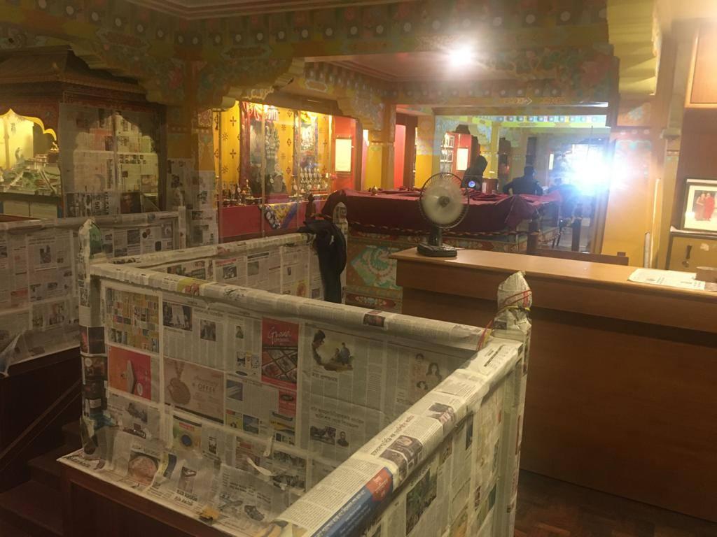 Treppengeländer mit Zeitung abgeklebt, zum schutz vor Staub und Dreck.