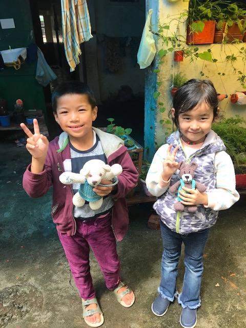 Kinder mit Teddy