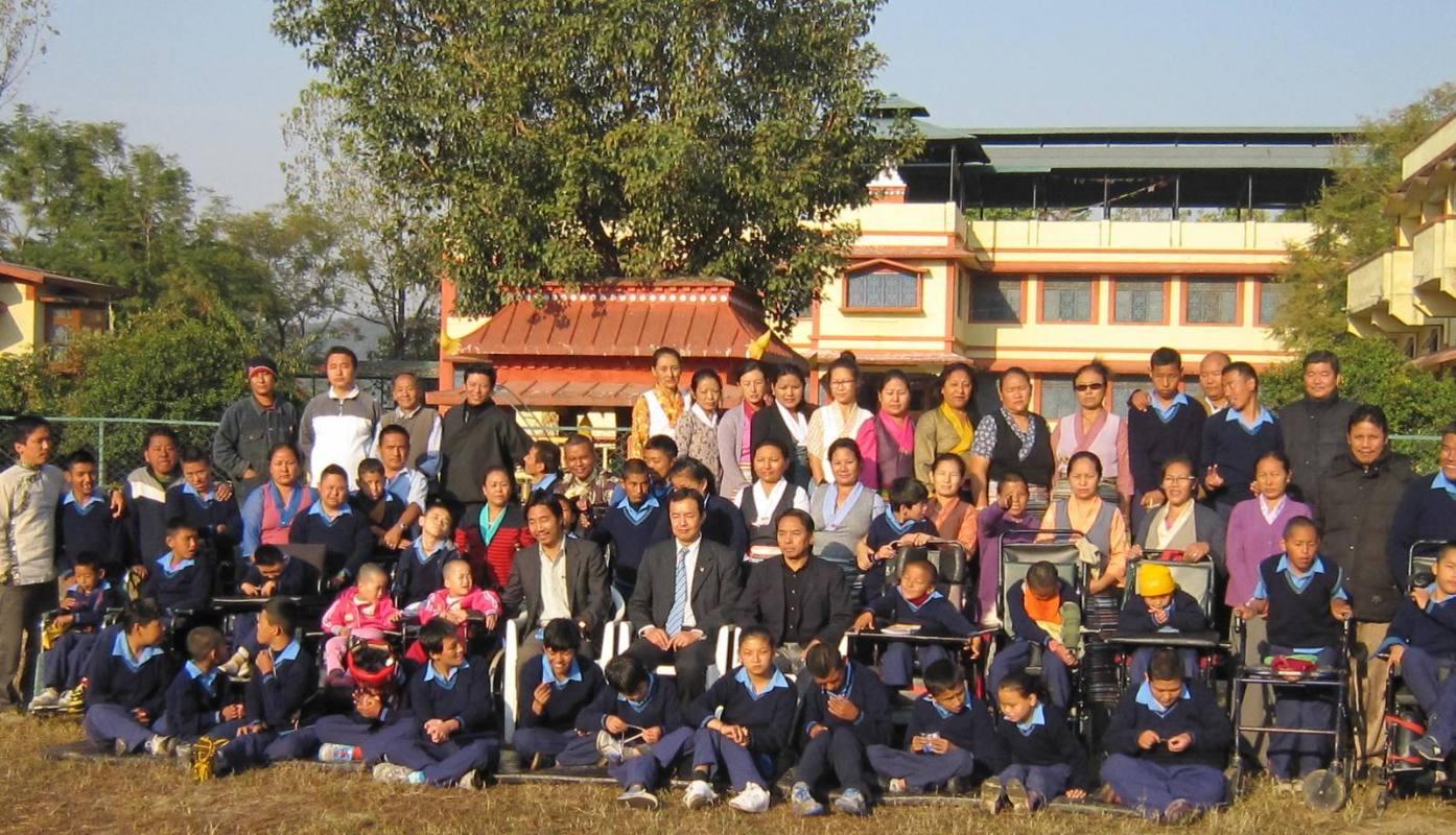 Gruppenfoto Ngoenga school mit Dr. Tsering Wangchuk