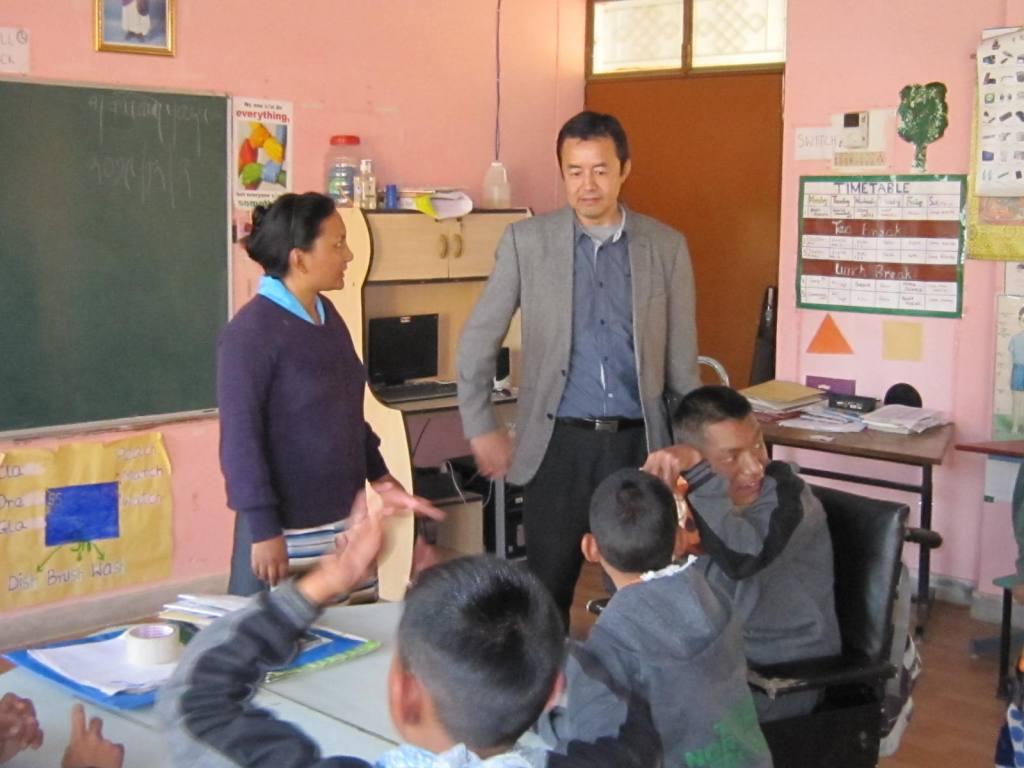 Dr. Tsering Wangchuk besucht Ngoenga school