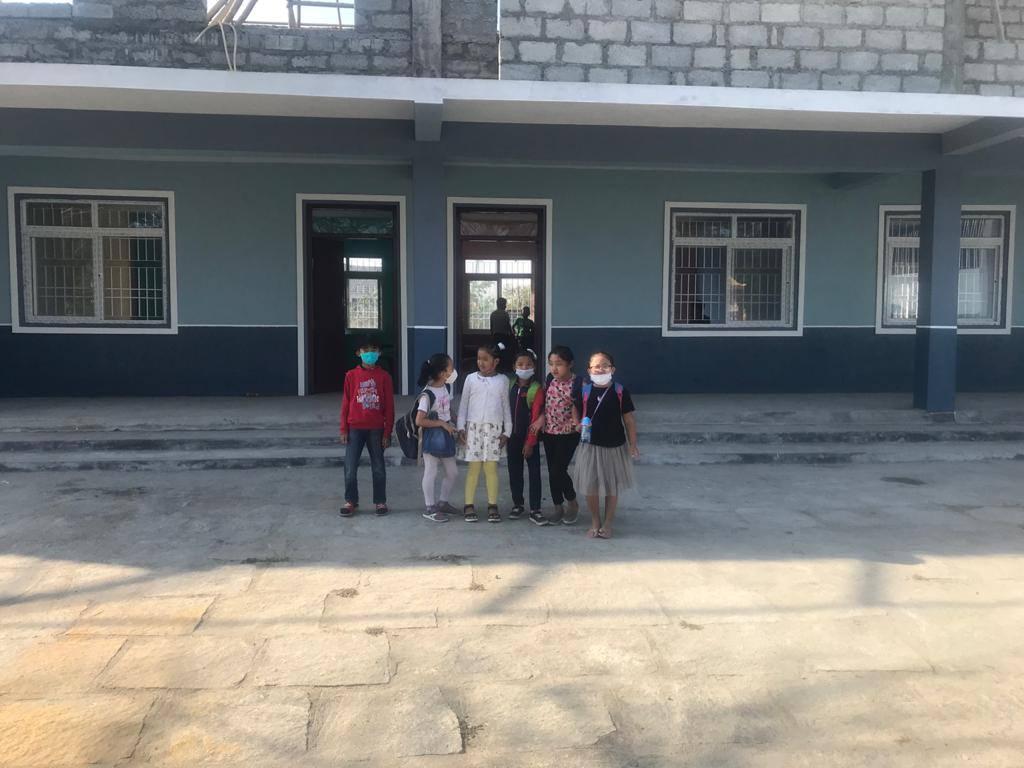 Kinder vor der neuen Schule