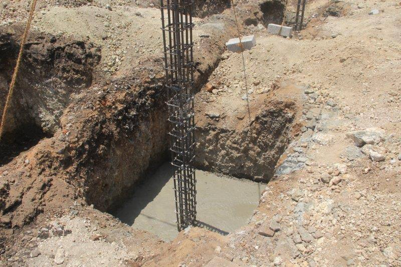 Baugrube Sambhota Schule Indien Stahlstütze Betonfundament