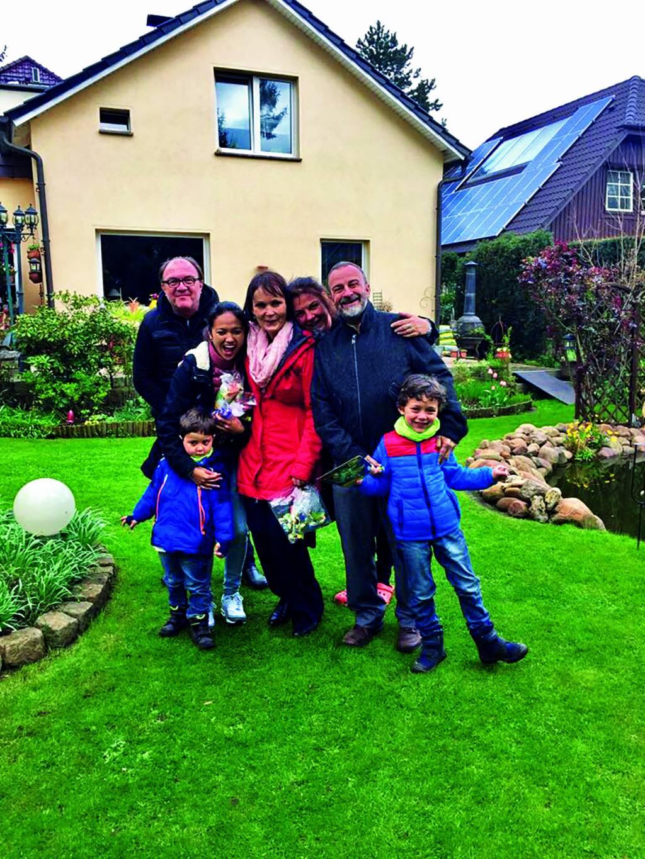 Kelsang im Garten mit der ganzen Familie