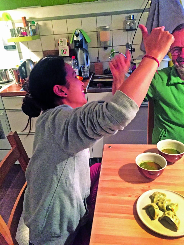 Kelsang beim Essen und reden mit Ihrem Patenvater in der Küche
