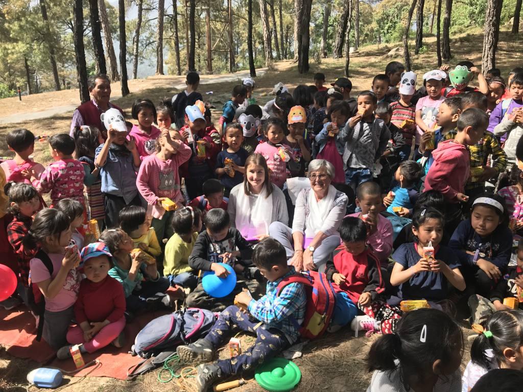 Traudl Oberbeck mit Enkelinund tibetischen Kindernbeim Picknick