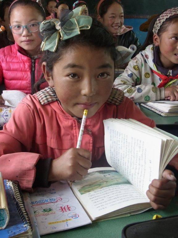 Tibetisches Kind beim Lernen