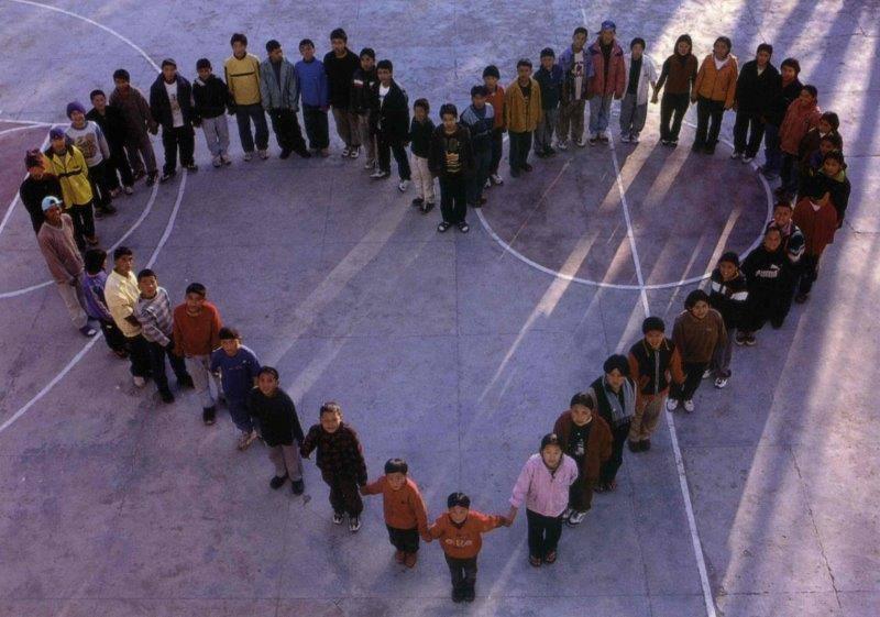 tibetische Kinder formen ein Herz