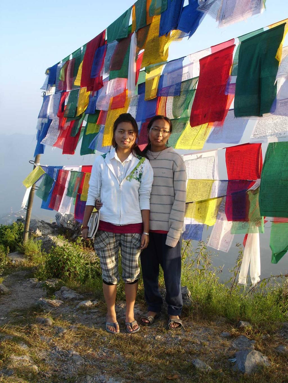 Tibetische Studentinnen vor Tibetfahnen