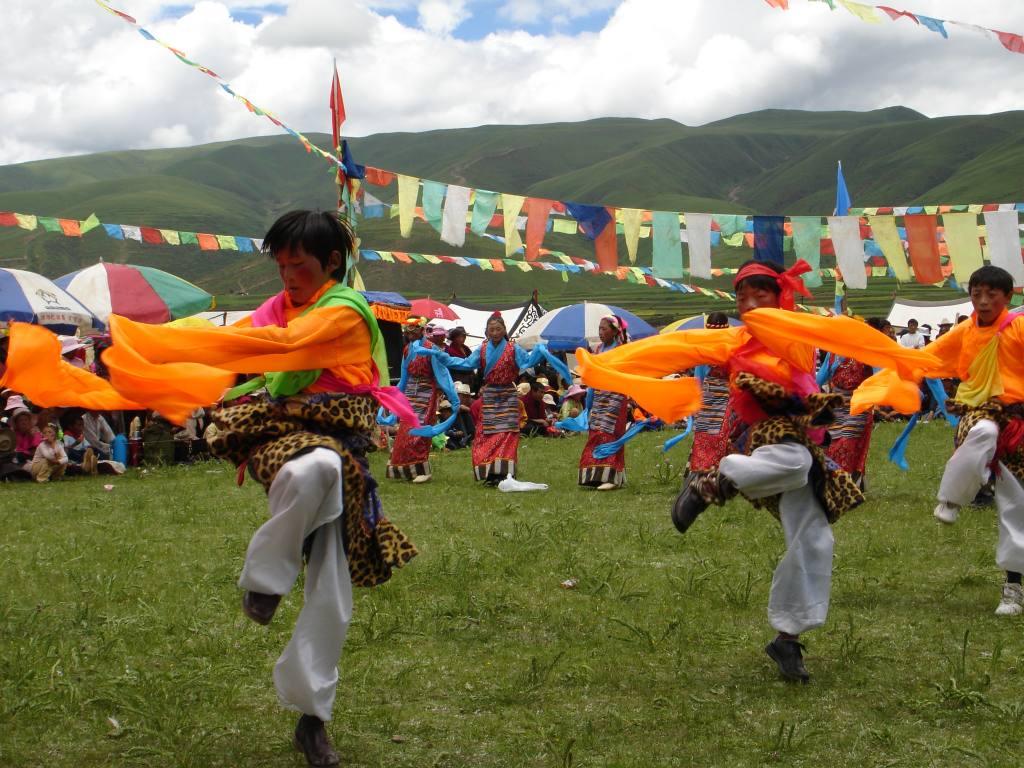 Tibeter bei einer Aufführung in bunten Kostümen